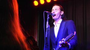 Lauri Tähkä esitti soololevynsä lauluja levyn ennakkokuuntelukiertueella Seinäjoella.