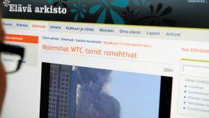 Nainen katsoo  Elävä arkisto -sivustoa.
