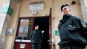 Kaksi poliisia seisoo islamilaisen kulttuurikeskuksen edessä Berliinissä.