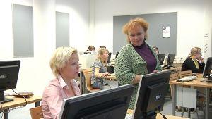 Kuvassa psykologi Eila Aarnos ja opettajaopiskelijoita.