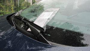 Sakkolappu auton tuulilasissa.