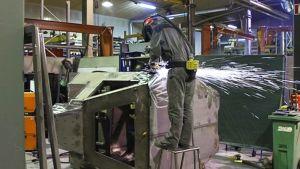Hitsaaja työssä tehtaassa.