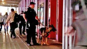 Poliisi seisoo koiran kanssa metroaseman edessä Washingtonissa.