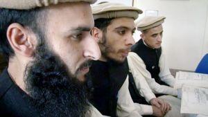 Taliban-liikkeeseen kuuluneet miehet opiskelevat kuntoutuskeskuksessa.