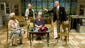 Kvartetin näyttelijät lavalla.