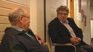 Entinen kunnanjohtaja Juhani Rouvinen juttelee terveyskeskusasiakkaan kanssa.