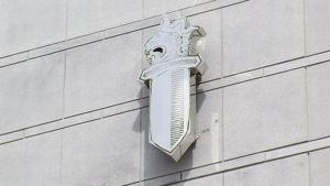KRP:n tunnus päämajan seinässä Vantaalla.