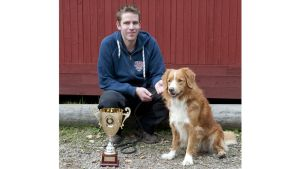 Novascotiannoutaja Midi on Jälkimestari 2011. Kuvassa myös omistaja Mikael Appel.