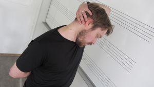 Tommi Hyytinen venyttää käsi pään takana epäkäslihasta