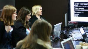 Naisia tietokoneiden ääressä.
