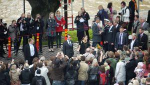 Prinsessa Victoria ja prinssi Daniel herättivät ihastusta Turun Vähätorilla.