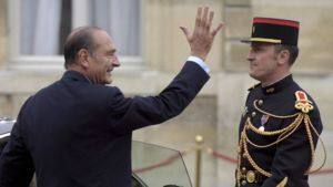 Jacques Chirac Elysee Palatsin pihalla nousemassa autoon.