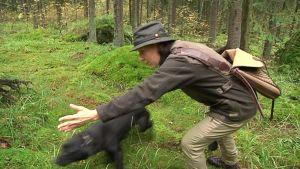 Nainen komentaa koiraa