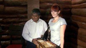 Shampanjan ostaneet ravintolanomistajat Ravi Viswanathan ja Julia Sherstyuk-Viswanathan pitelemässä pulloa.