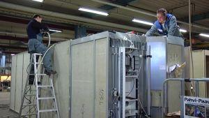 STX:n hyttitehdas ja työntekijöitä.