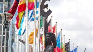 EU-maiden lippuja parlamenttitalon edustalla brysselissä.