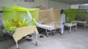 Dengue-kuumeeseen sairastuneet saavat hoitoa pakistanilaisessa sairaalassa Islamabadissa.