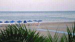 Puoliksi tyhjä uimaranta auringonlaskun aikaan Kreikan Rodoksella.