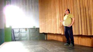Bio Huvimyllyn omistaja elokuvateatterin lavalla