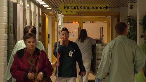 Potilaita Päijät-Hämeen keskussairaalan  aulassa.