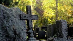 Vanhoja hautakiviä hautuumaalla