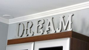 Dream-teksti irtokirjaimista katon rajassa.