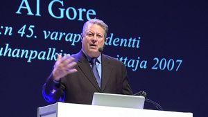 Al Gore puhujankorokkeella.