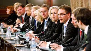Hallitus istuu rivissä aloittaessan toimikauttaan 22. kesäkuuta 2011.