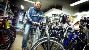 Sähköavusteinen polkupyörä ei nopeasti katsottuna paljon normaalista eroa. Ville Järvinen testaa sähköpyörän tarakan kantokykyä.