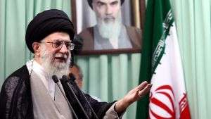 Iranin uskonnollinen johtaja Ali Khamenei puhumassa ramadanin päätösrukouksen yhteydessä.