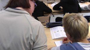 opettaja opastaa oppilasta luokkahuoneessa