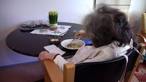 Vanhus vanhainkodissa syömässä
