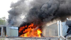 Tulipalo ja runsasta savua räjähdyspaikalla.
