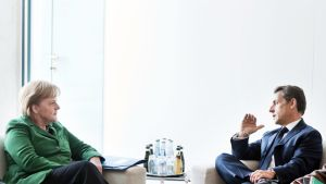 Merkel ja Sarkozy keskustelevat.