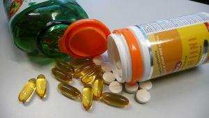 Vitamiinipillereitä ja kalanmaksaöljyä kapseleina.