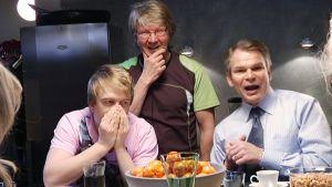 Pirkka-Pekka Petelius, Arttu Kapulainen ja Teijo Eloranta pöydän takana Moska-sarjan kuvauksissa.