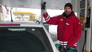 Palvelumestari Dinesh Narula työssään Erottajan Shellillä Rovaniemellä