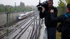 Kameramies kuvaa junarataa.