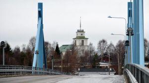 Pelkosenniemen kirkko Arvospuolen sillalta kuvattuna