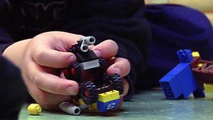 Lapsi leikkii Legoilla.
