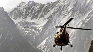 Pakistanin armeijan helikopteri Himalajan maisemassa.