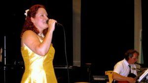 Nainen laulaa esiintymislavalla