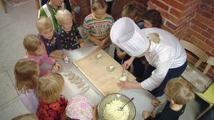 Kokki opettaa lapsia.
