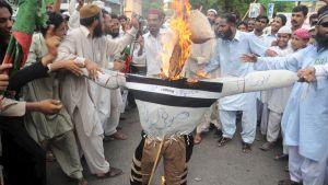 Islamilaiset opiskelijat polttavat Maulana Fazlullahia esittävää nukkea protestissa Karachissa Safraz Naeemin surman vuoksi 14.06.2009.