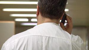 Lääkäri puhuu kännykkään