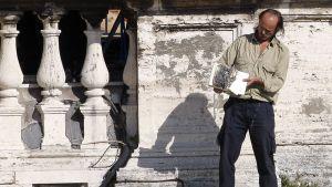 Mies palava raamattu käsissään.