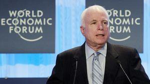 John McCain puhujankorokkeella.