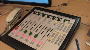 osa studion äänipöytää