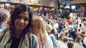 Toimittaja Devy Nagalingam Vantaalla äiti Amman halaustilaisuudessa
