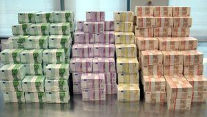38 miljoonaa euroa 50:n, 100:n, 200:n ja 500:n euron seteleinä Saksan keskuspankin pankkiholvissa.